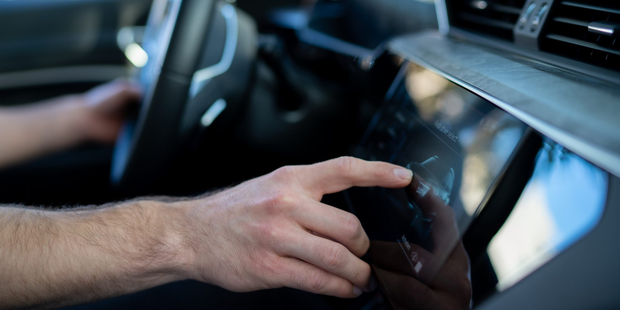 e.lective Mitarbeiter bedient Touchscreen im Auto